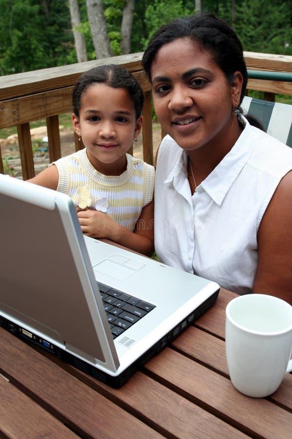 Família no computador fotografia de stock royalty free