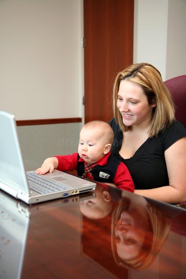 Família no computador imagem de stock royalty free