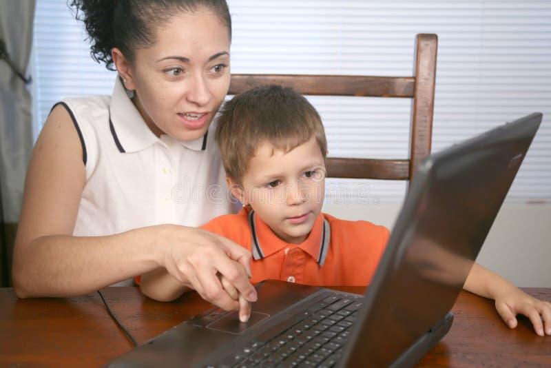 Família no computador imagens de stock
