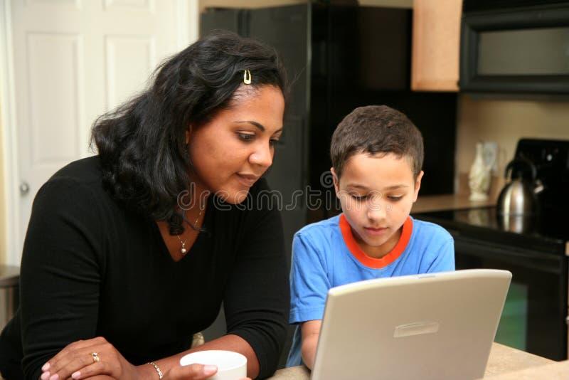Família no computador imagens de stock royalty free