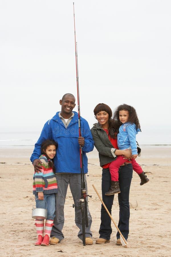 Família no desengate de pesca da praia fotografia de stock royalty free