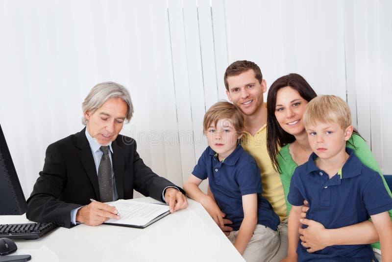 Família no escritório do conselheiro de negócio fotografia de stock