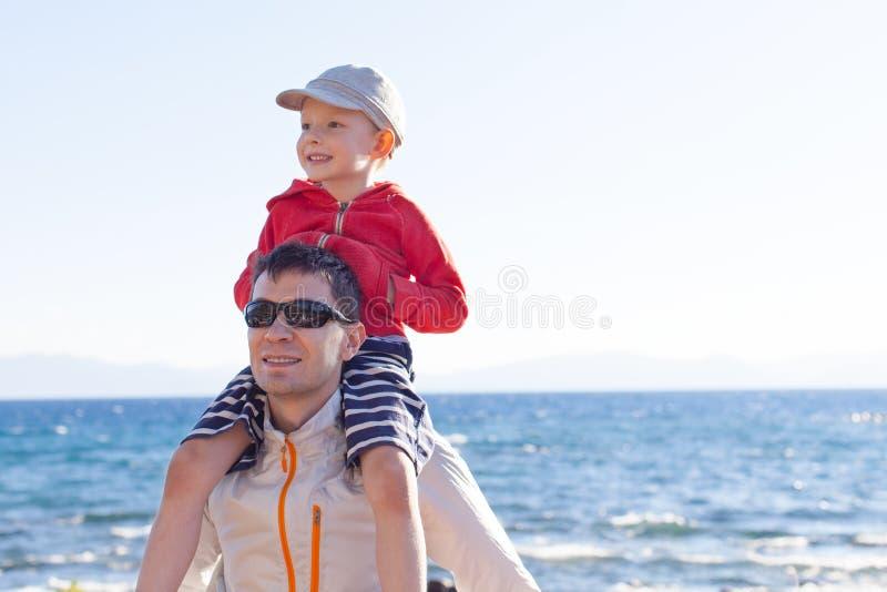 Família no lago imagens de stock