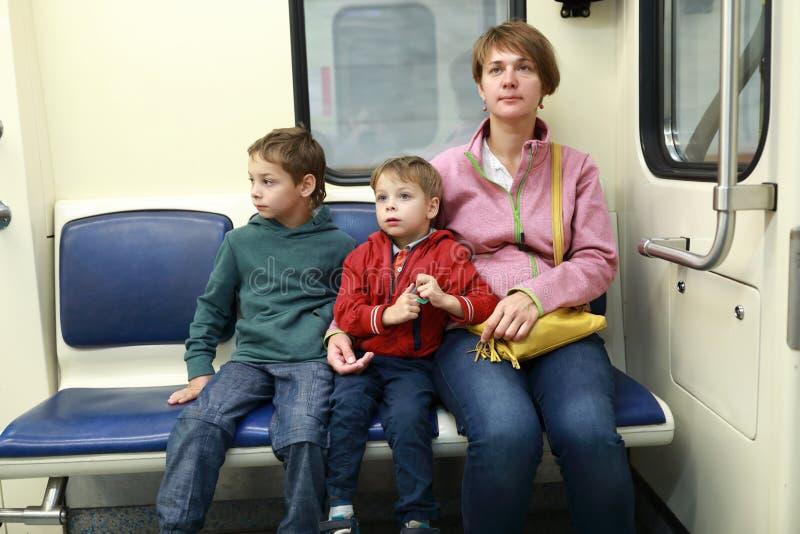 Família no metro imagem de stock