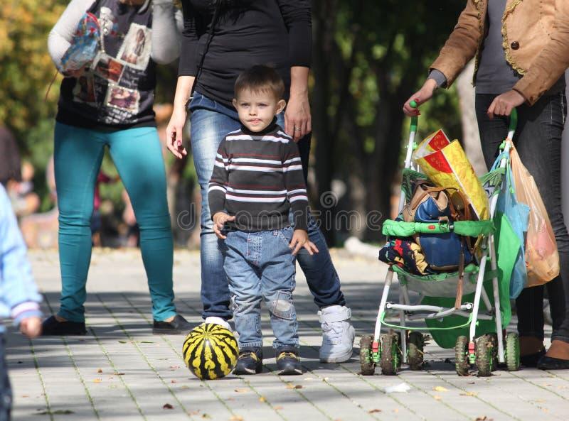 Família no parque natural verde urbano Criança com bola da melancia fotos de stock