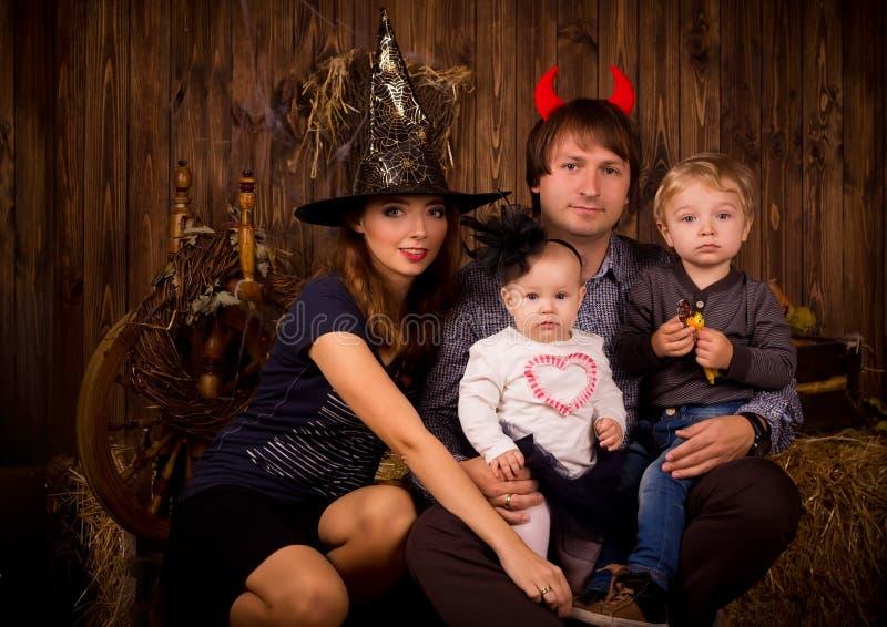 Família no partido de Dia das Bruxas com crianças imagens de stock