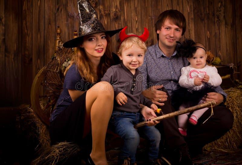 Família no partido de Dia das Bruxas com crianças fotografia de stock royalty free