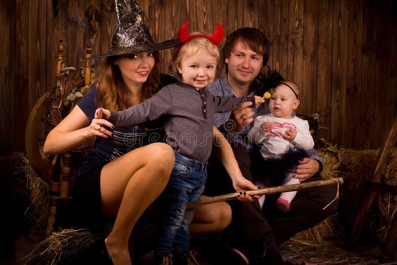 Família no partido de Dia das Bruxas com crianças foto de stock royalty free