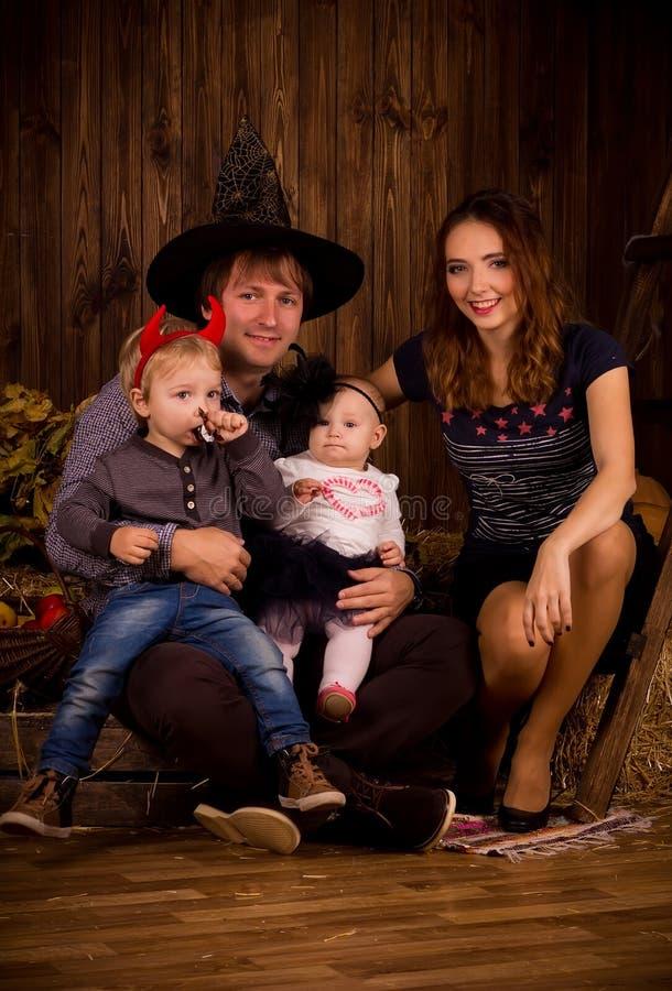 Família no partido de Dia das Bruxas com crianças fotos de stock