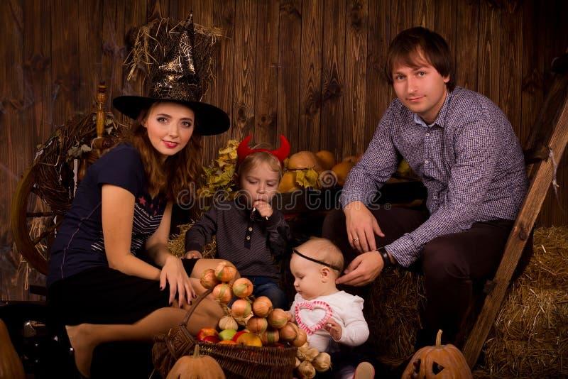 Família no partido de Dia das Bruxas com crianças fotografia de stock