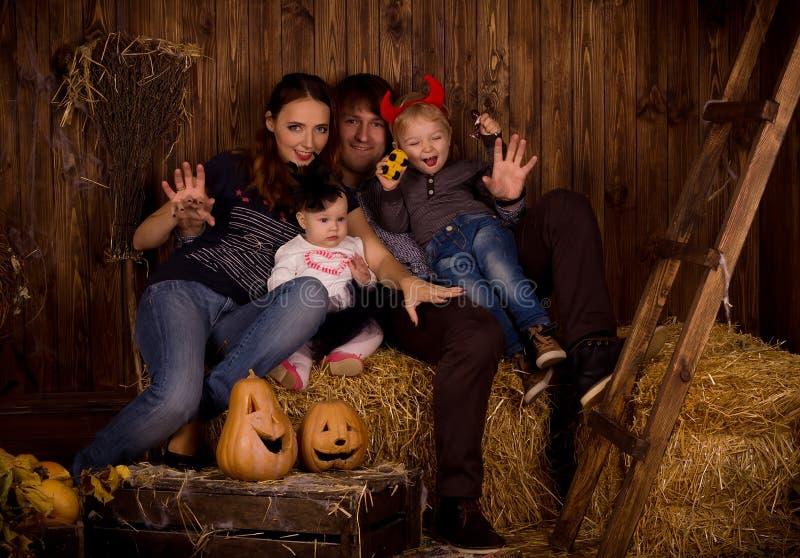 Família no partido de Dia das Bruxas com crianças fotos de stock royalty free