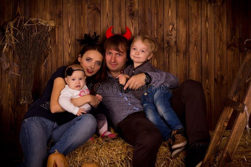 Família no partido de Dia das Bruxas com crianças foto de stock