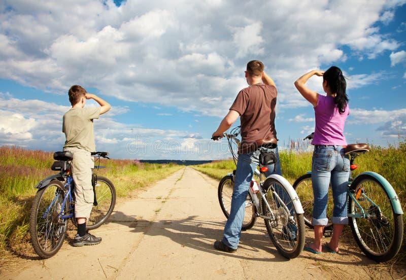 Família no passeio da bicicleta foto de stock