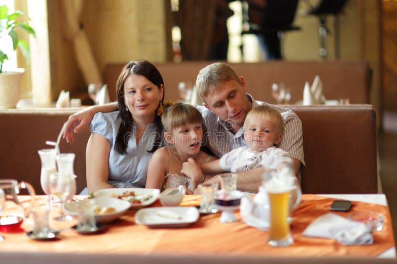 Família no restaurante imagens de stock royalty free