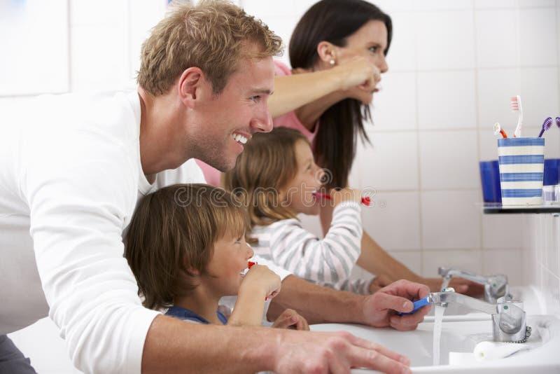 Família nos dentes de escovadela do banheiro fotos de stock