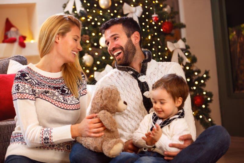 A família nova alegre tem o divertimento no Natal imagens de stock royalty free