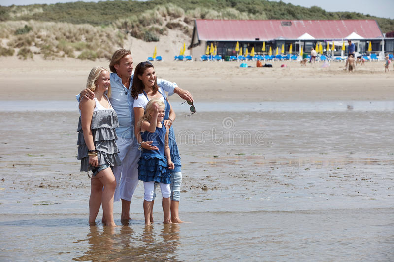 Família nova bonita foto de stock royalty free