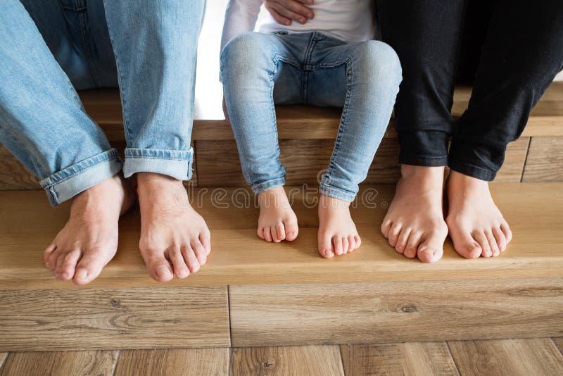 Família nova bonita Pés desencapados da mãe, do pai e da filha imagens de stock royalty free