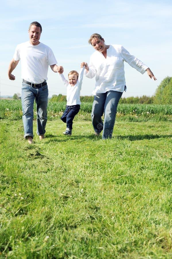 Família nova com uma criança foto de stock