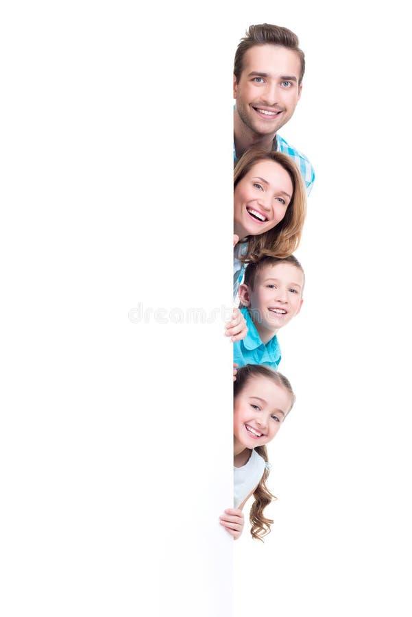 Família nova com vista fora da bandeira imagens de stock
