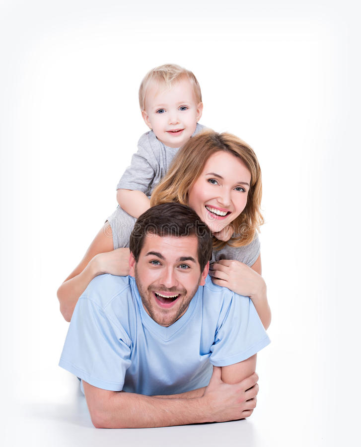 Família nova de sorriso com criança pequena. fotos de stock