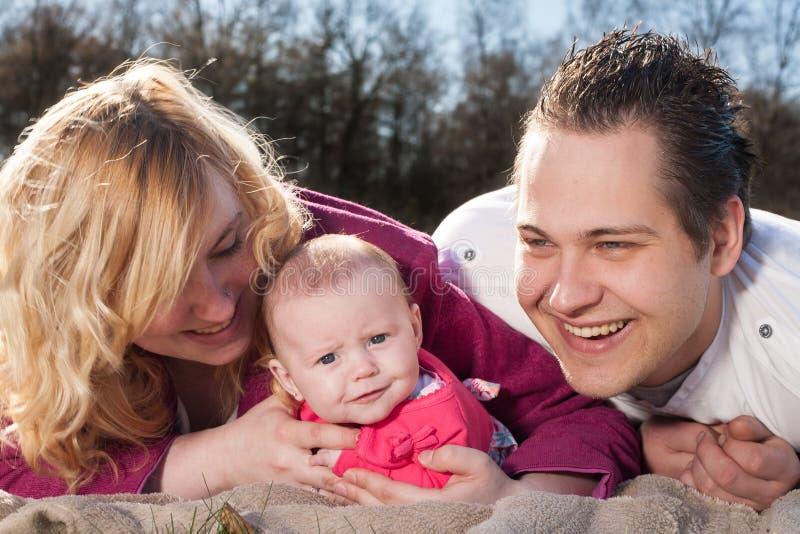 Família nova de sorriso feliz imagens de stock