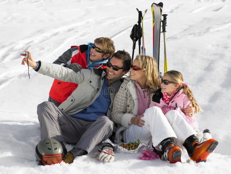 Família nova em férias do esqui fotos de stock royalty free
