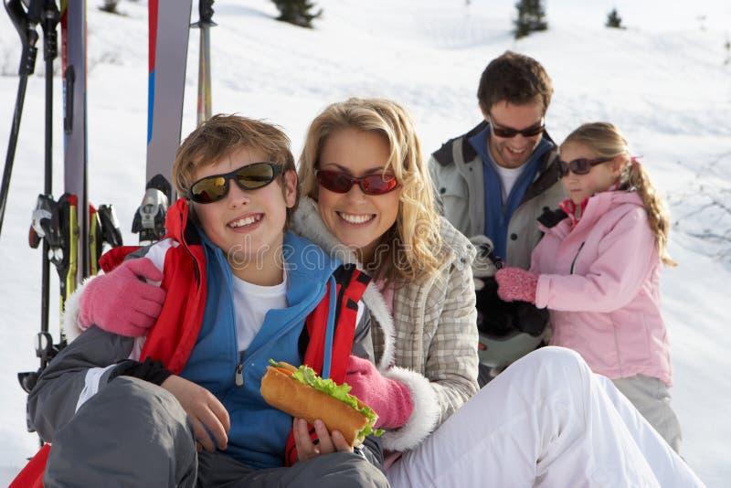 Família nova em férias do esqui fotografia de stock