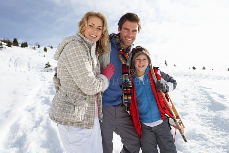 Família nova em férias do inverno foto de stock royalty free