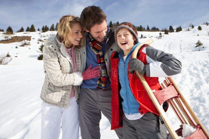 Família nova em férias do inverno fotos de stock royalty free