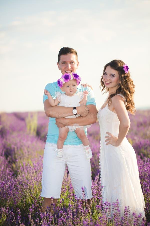 Família nova em um campo da alfazema imagem de stock