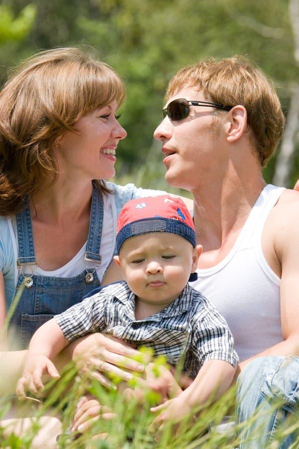 Família nova feliz foto de stock