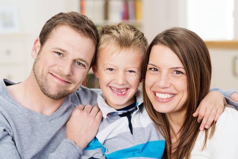 Família nova feliz bonita imagem de stock