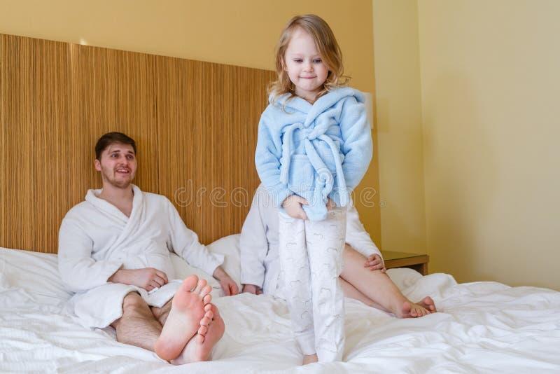 Família nova feliz com criança fotos de stock royalty free