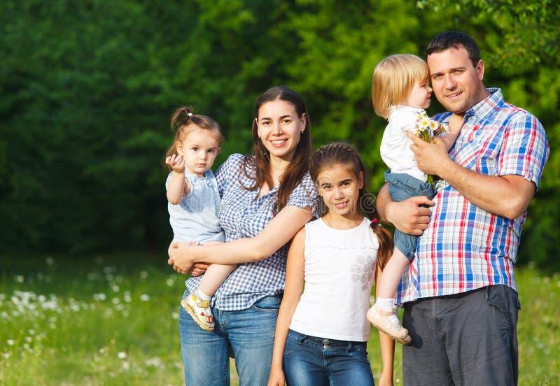 Família nova feliz com crianças fotografia de stock
