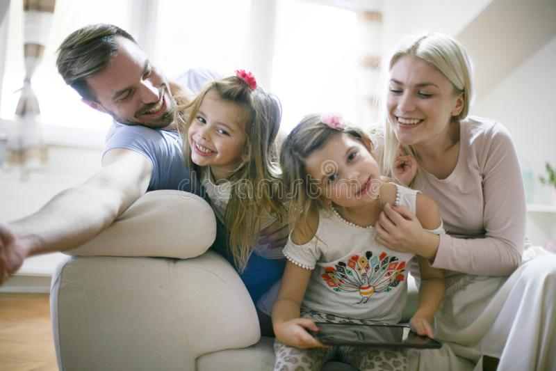 Família nova feliz em casa fotos de stock royalty free