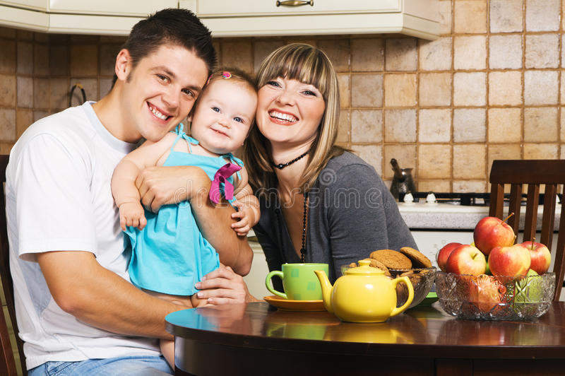 Família nova feliz em casa fotografia de stock