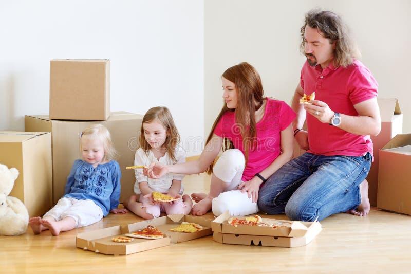 Família nova feliz em sua casa nova fotografia de stock