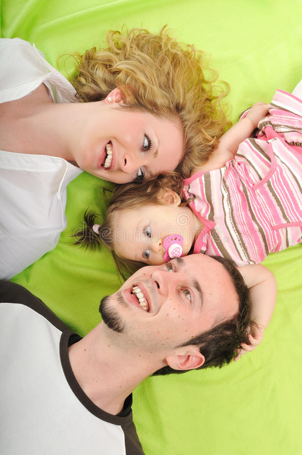 Família nova feliz junto no estúdio fotografia de stock royalty free