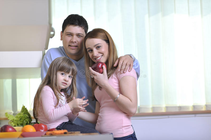 Família nova feliz na cozinha foto de stock royalty free