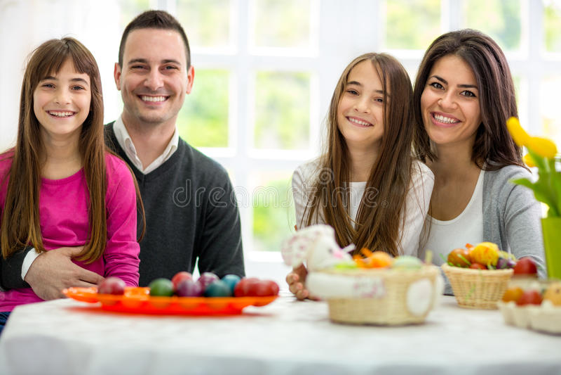 Família nova feliz na Páscoa fotos de stock