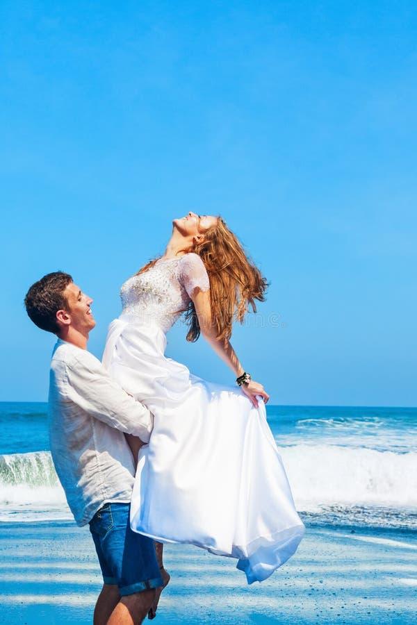 Fam?lia nova feliz no feriado da praia da lua de mel imagens de stock royalty free