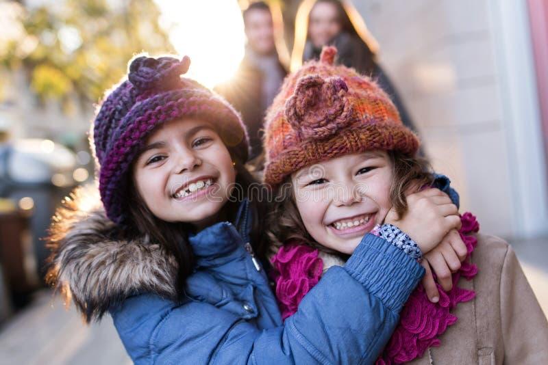 Família nova feliz que tem o divertimento na rua imagens de stock