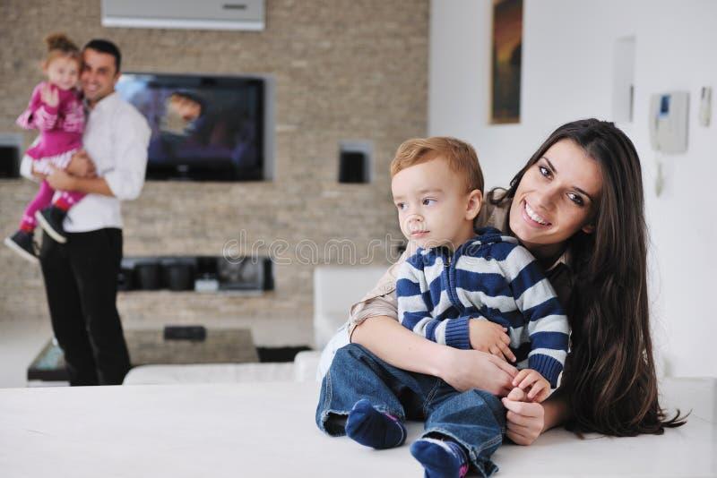 A família nova feliz tem o divertimento em casa fotos de stock royalty free
