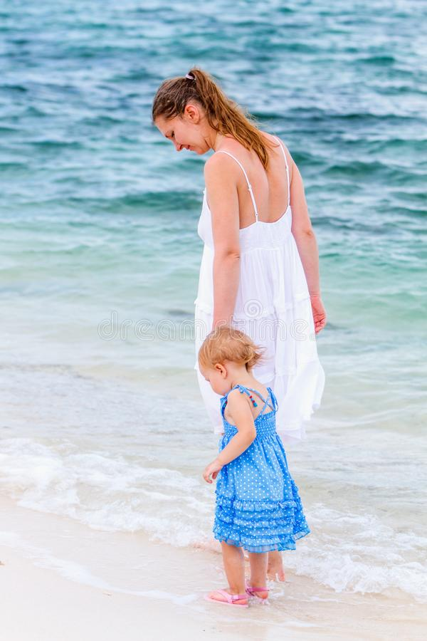 Família nova na praia foto de stock