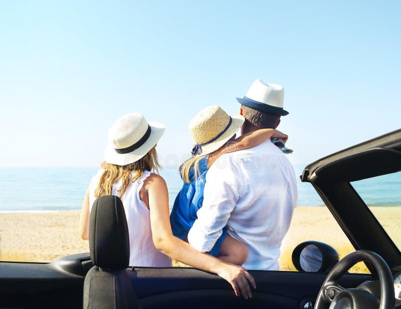 Família nova na praia Conceito das férias do curso e de verão fotografia de stock royalty free