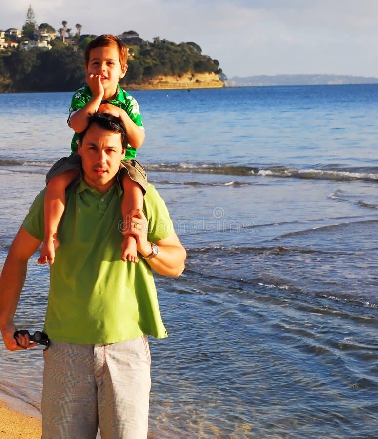 Família nova na praia na manhã imagens de stock