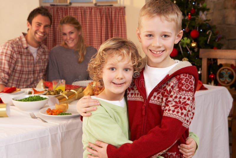 Família nova na tabela de jantar do Natal foto de stock