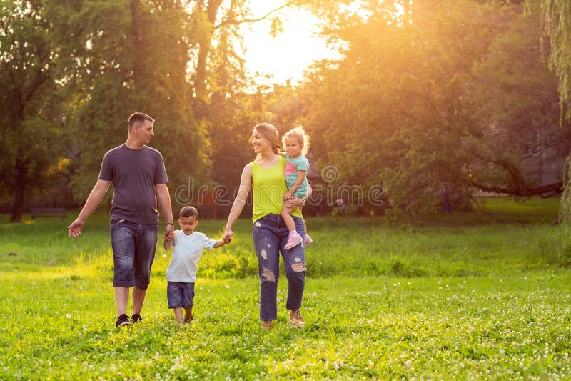 Família nova que aprecia junto no parque imagem de stock royalty free