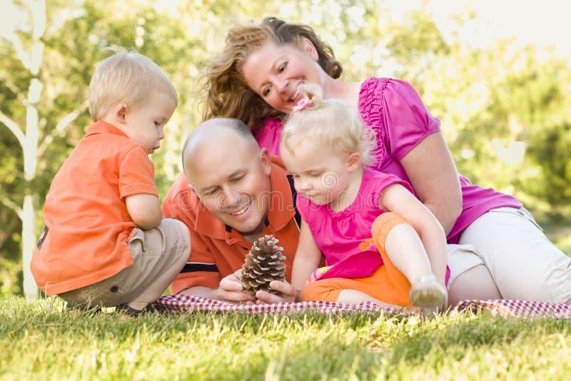 Família nova que aprecia o parque junto imagens de stock